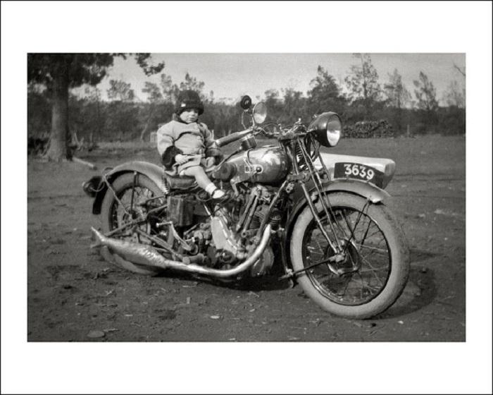 Ребенок на мотоцикле.