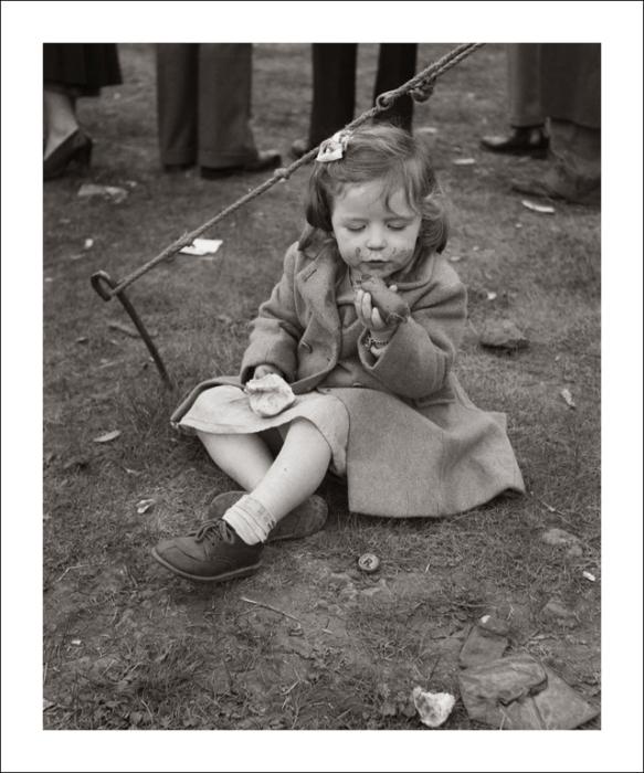 Пока взрослые заняты, ребёнок спокойненько кушает.