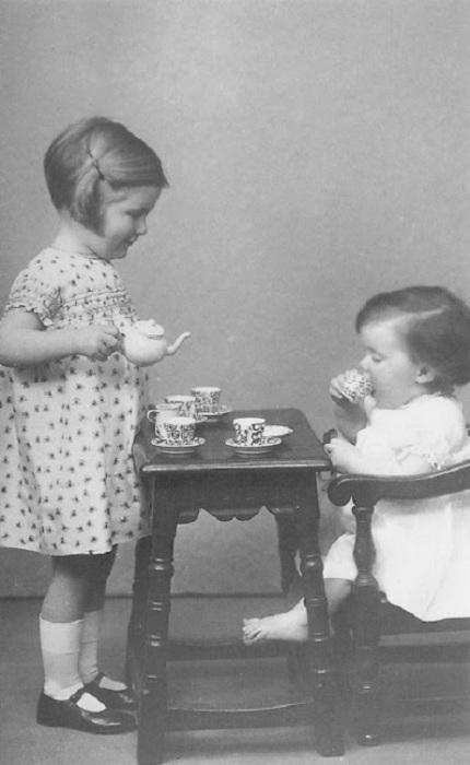Чаепитие с игрушечного детского сервиза, 1930 год.