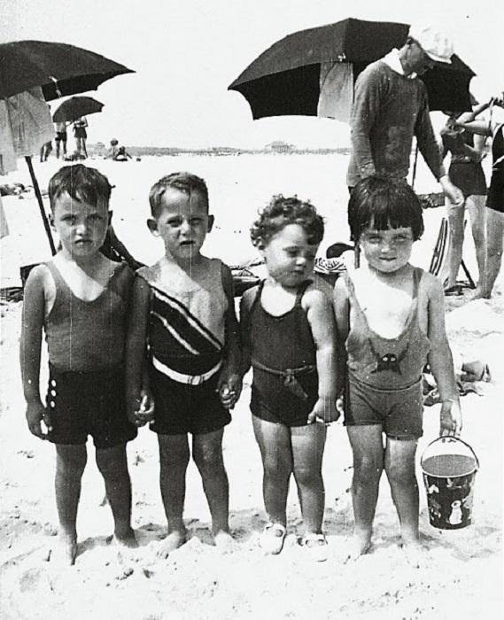 Друзья, собравшиеся на пляже, 1930 год.
