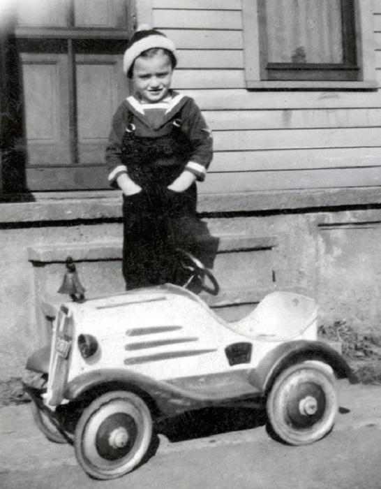 Мальчик со своим первым детским автомобилем, 1937 год.