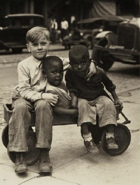 Три мальчика в фургоне, 1930-е годы.