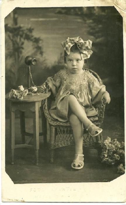 Маленькая девочка в фотостудии, 1938 год.