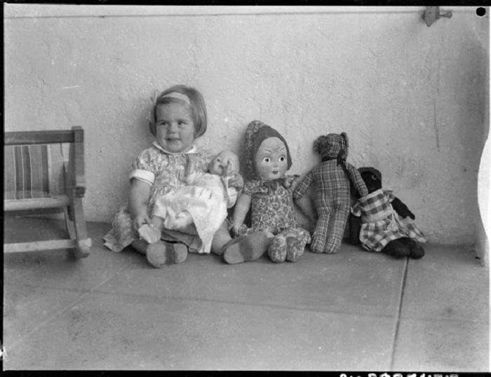 Маленькая девочка со своими куклами и плюшевым медведем, 1930 год.