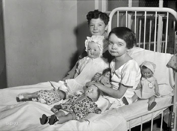 Дети на больничной кроватке с куклами, Вашингтон, округ Колумбия, 1931 год.