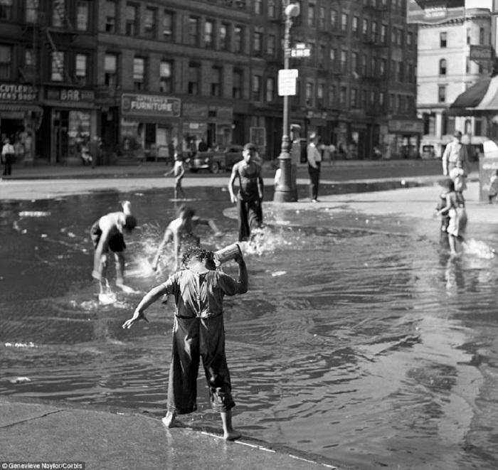 Дети играются на заполненной водой улице в Гарлеме, 1939 год.