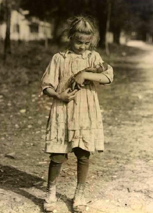 Девочка играет с куклой, 1930 год.