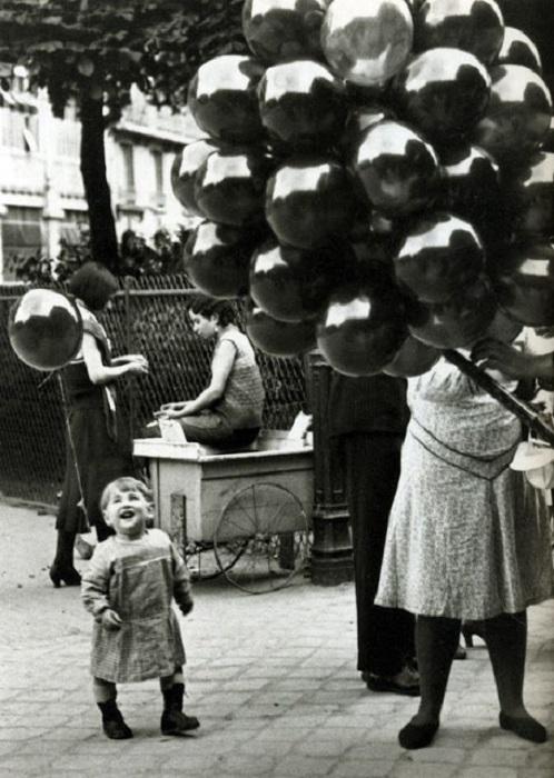 Девочка радуется гелиевому шарику, 1930-е годы.