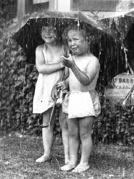 Дети под зонтиком, 1934 год.