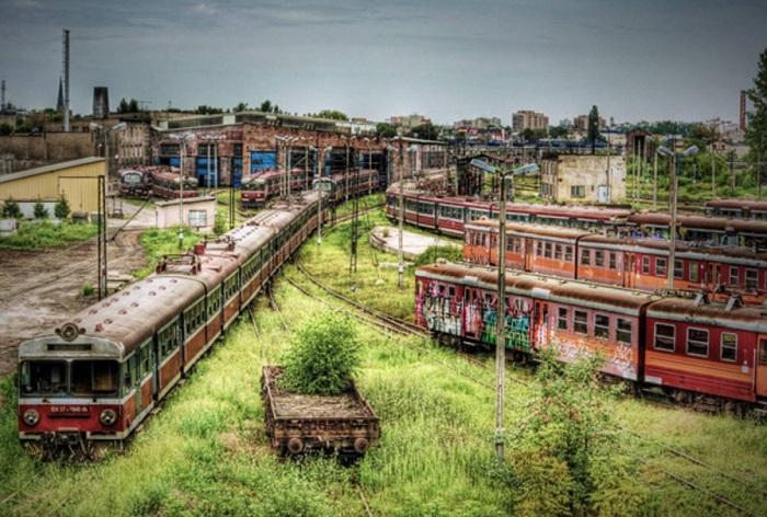 Заброшенное железнодорожное депо.