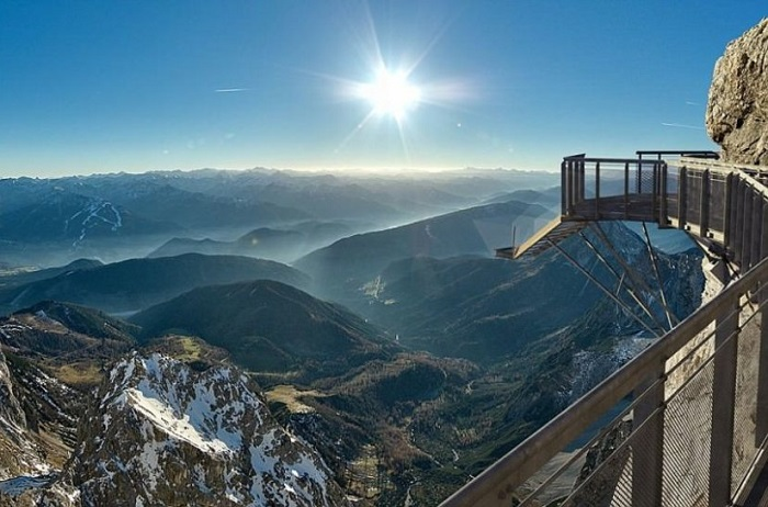Решетчатые стальные конструкции позволяют любителям экстрима любоваться заснеженными хребтами, зелеными долинами и вершинами Альп.