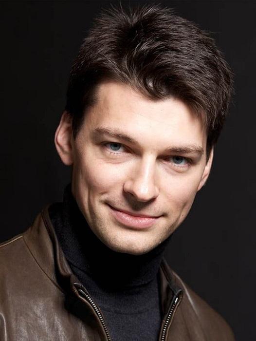 Знаменитый российский актер, известный зрителям благодаря многим популярным фильмам и телесериалам.