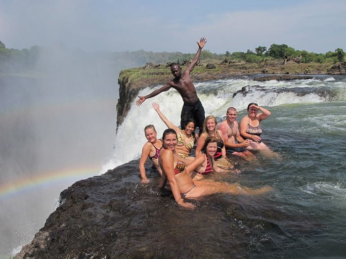 Естественный пруд на самом краю знаменитого водопада Виктория.
