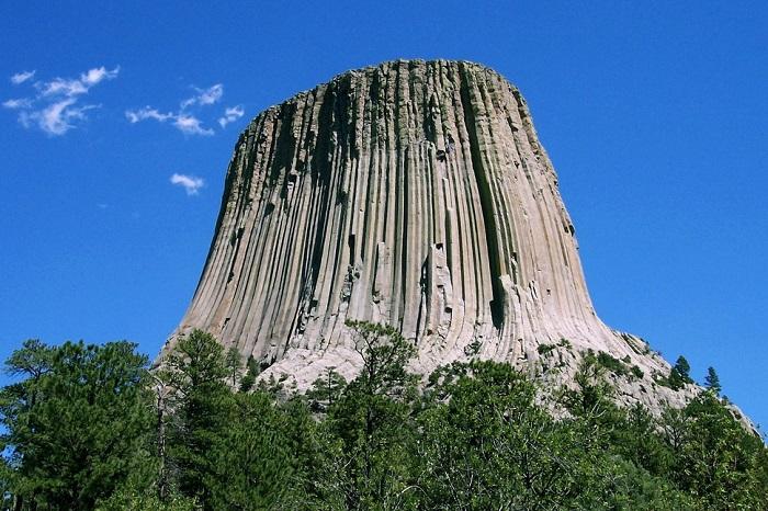 Столбчатая скала, состоящая из сложенных пучком отдельных каменных блоков.