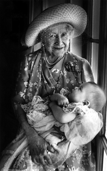 Елизавета Боуз-Лайон с правнуком на руках, 1999 год.