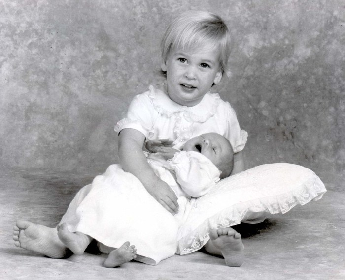 Принц Уильям держит младшего брата, 1984 год.