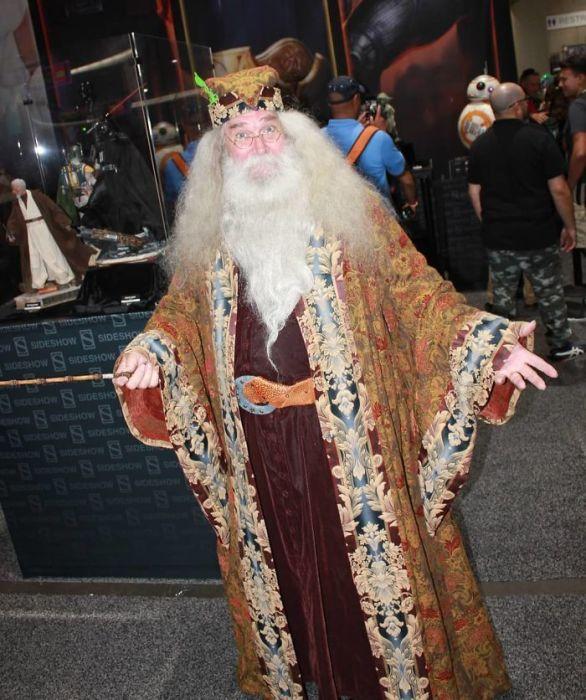 Участник фестиваля в образе седобородого директора Школы Чародейства и Волшебства Хогвартс из серии фильмов о Гарри Поттере.