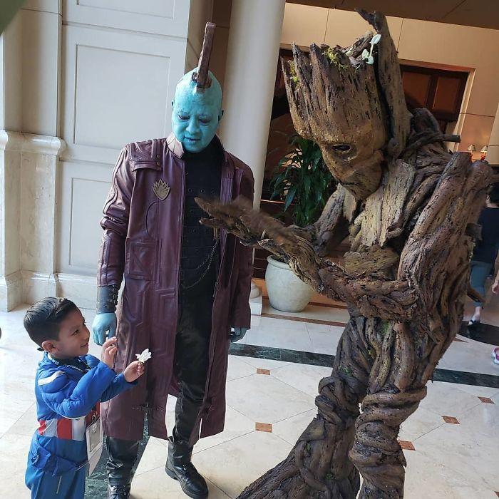Участники фестиваля в удивительных костюмах героев из фантастического фильма «Стражи Галактики».