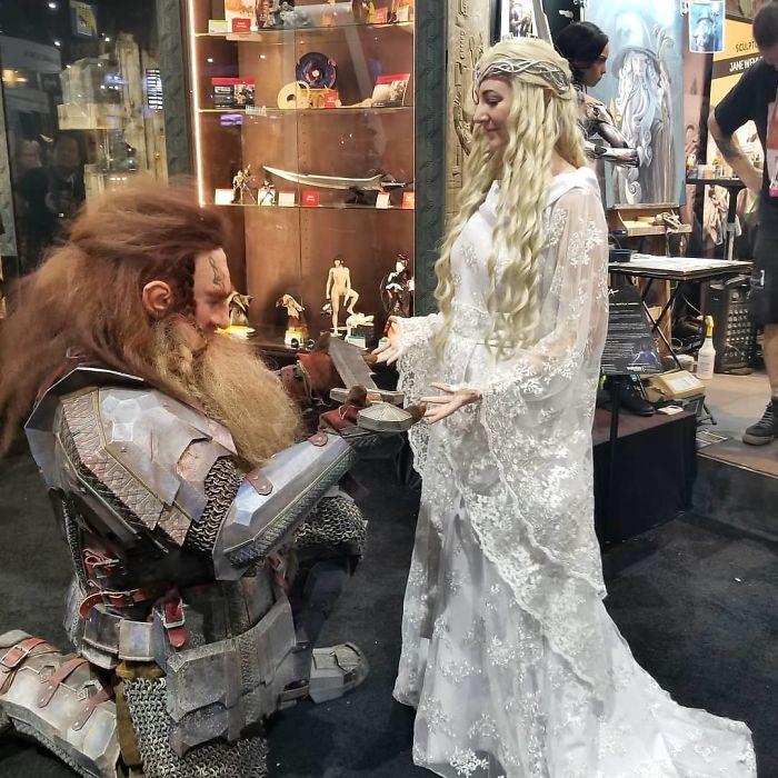 Удивительный косплей на персонажей из фильма «Властелин колец» - прекрасную владычицу эльфов и воина-гнома.