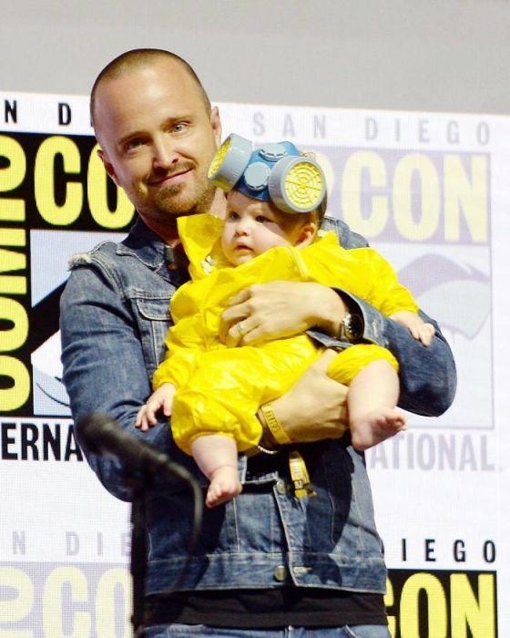 Потешный косплей в узнаваемом ярко-желтом костюме на персонажей криминальной драмы «Во все тяжкие».