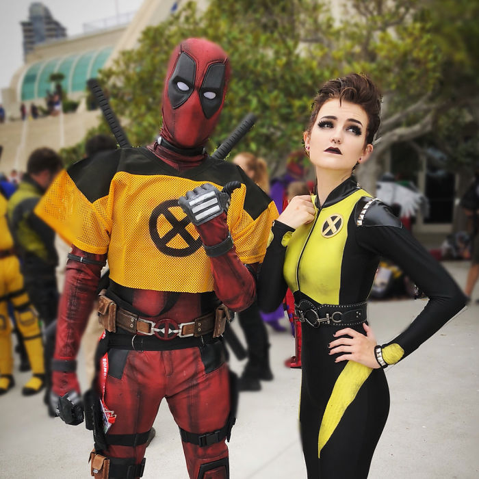 Участники фестиваля в образах супергероев из комедийного фантастического боевика «Дэдпул».
