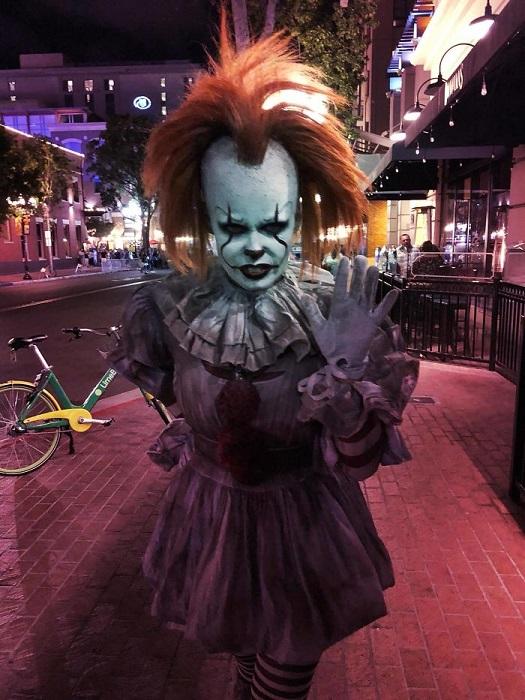 Жуткий косплей на Танцующего клоуна из фильма ужасов «Оно», снятого по роману Стивена Кинга.