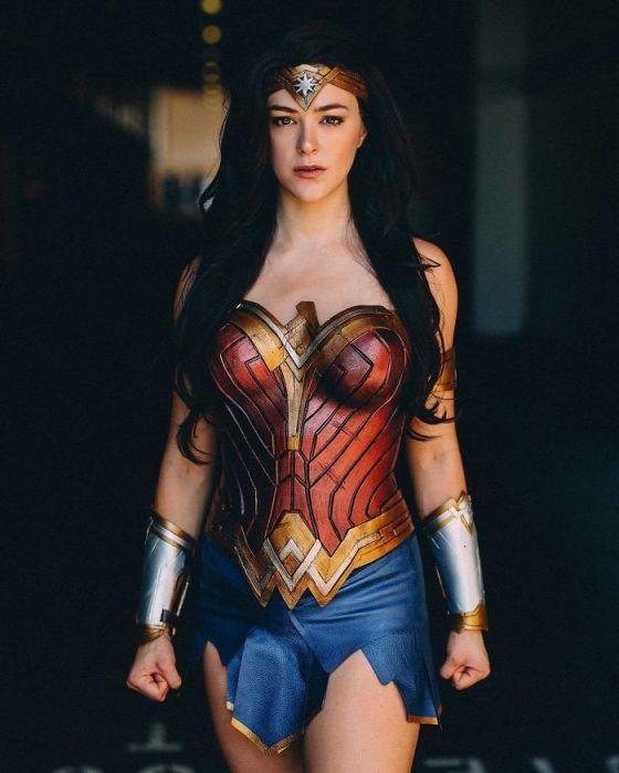 Участница фестиваля в образе любимой героини из супергеройского фильма «Чудо-женщина».