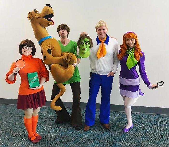Группа косплееров в костюмах героев из мультсериала «Скуби-Ду» с гигантским плюшевым немецким догом.