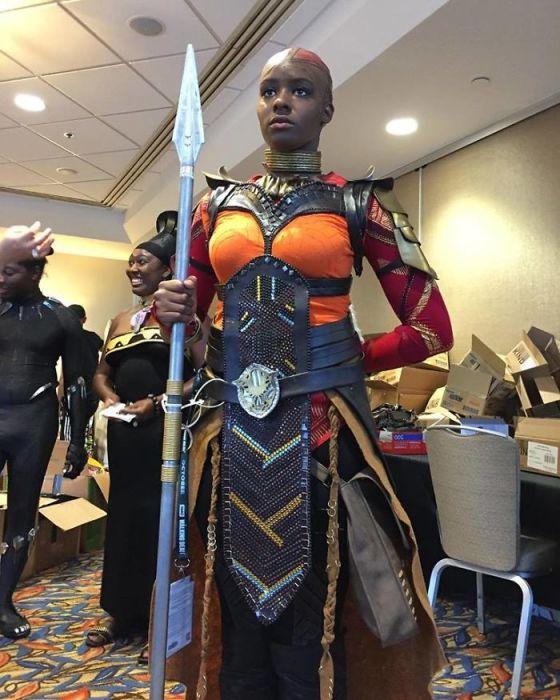 Участница «San Diego Comic Con» в сложном костюме отважной воительницы из фантастического фильма «Черная Пантера».