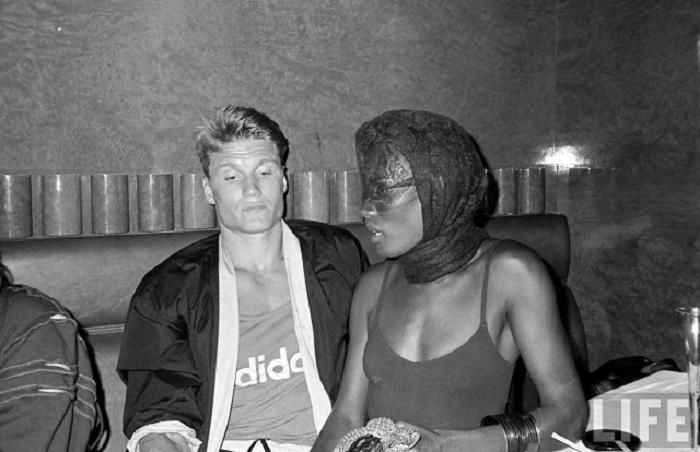 Модель Грейс Джонс и вышибало из манхэттенского ночного клуба.