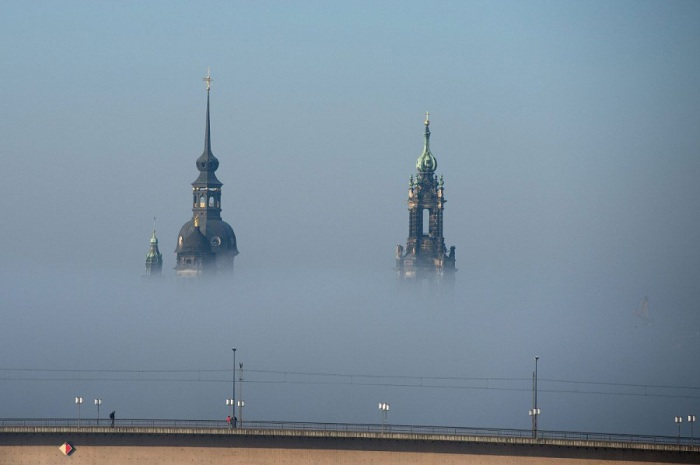 Плотный туман укрыл все окрестности города. Фотограф Арно Бурги (Arno Burgi).