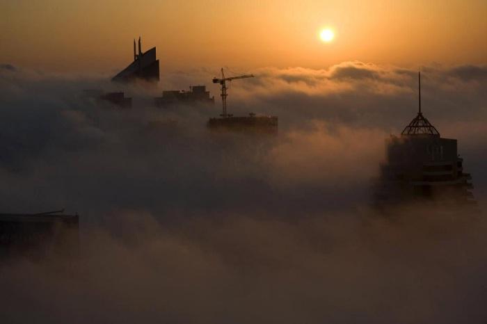 Город утопает в тумане только при смене сезонов, когда возникает разница дневной и ночной температур. Фотограф Стив Крисп (Steve Crisp).