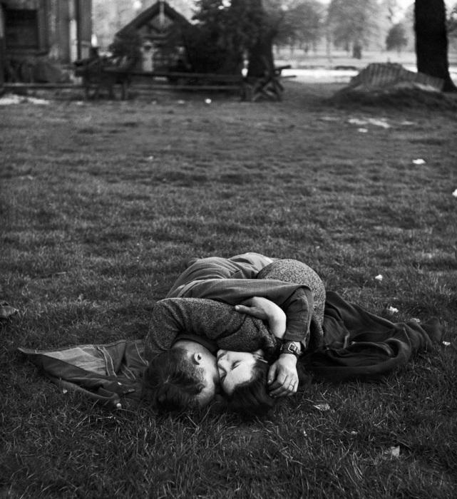Американский солдат целует свою британскую подругу, 1945 год.
