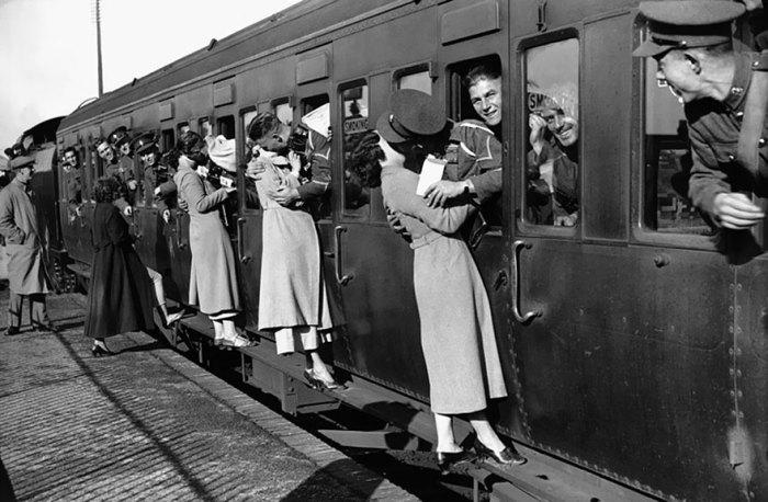 Солдаты высовываются из окон вагона, чтобы поцеловать своих близких, 1935 год.