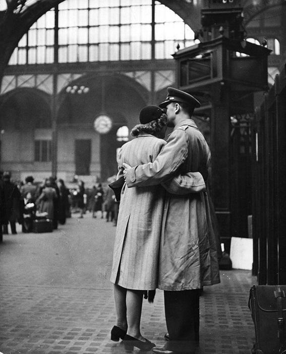Объятия перед долгой разлукой, 1943 год.