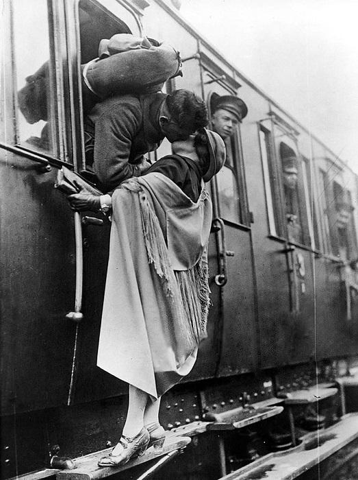 Солдат нежно целует свою девушку перед отъездом на поезде, 1922 год.