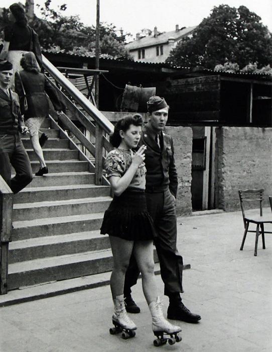 Девушка на роликах с раненым солдатом, 1940-е годы.