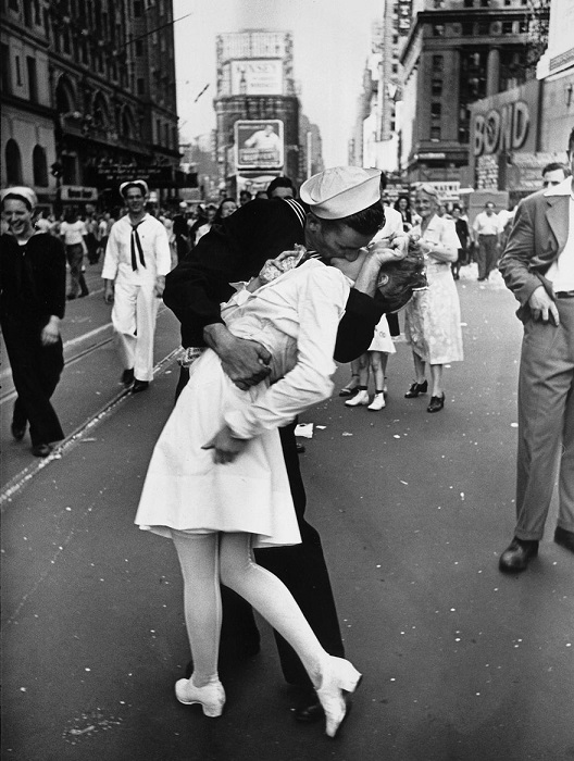 Поцелуй в центре Нью-Йорка символизирующий окончание войны, 1945 год.
