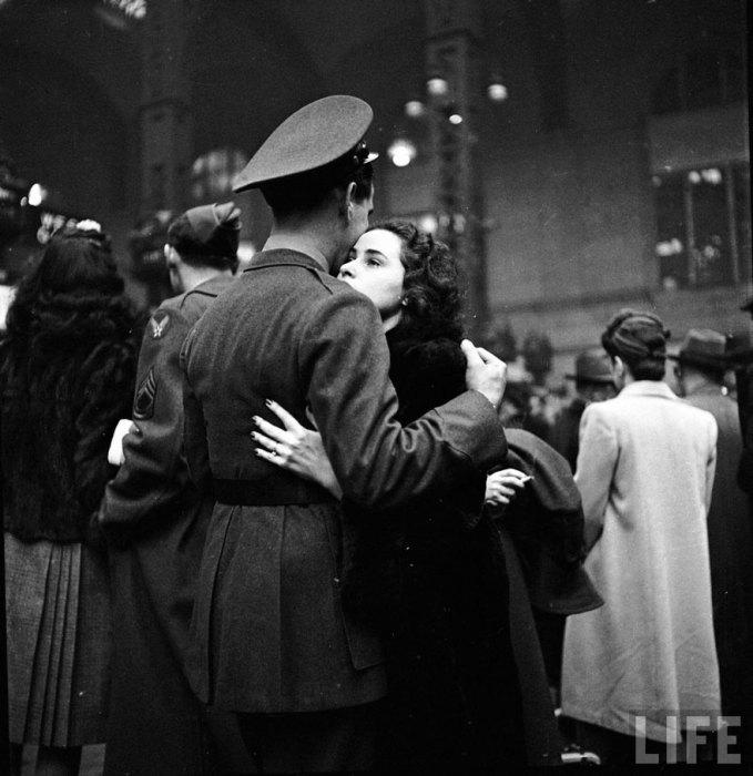 Прощание пары на вокзале, 1943 год.