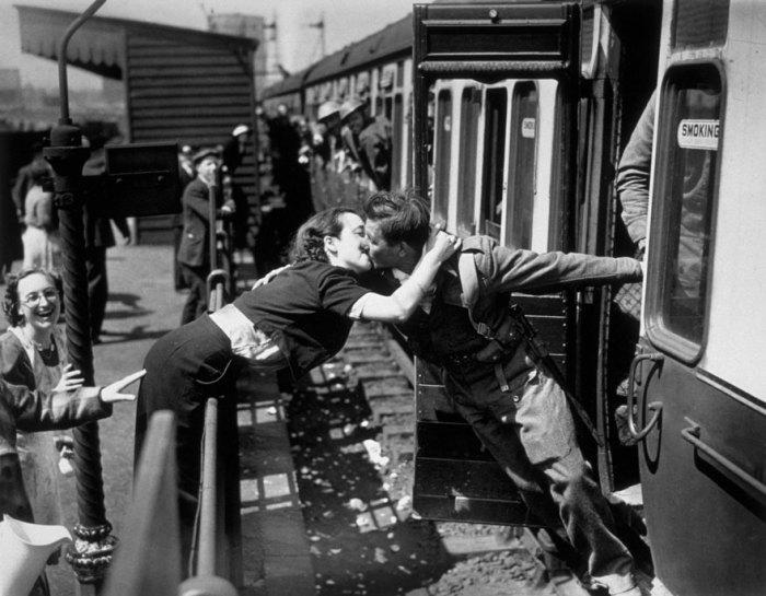 Женщина целует солдата вернувшегося с войны, 1945 год.