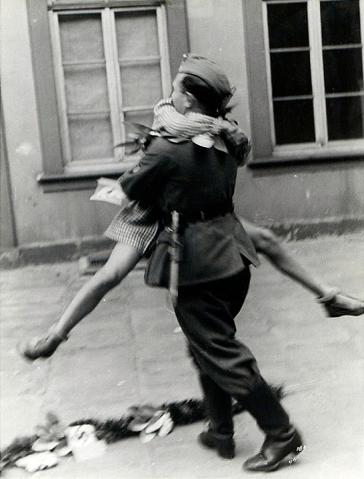 Солдат пришел домой с войны, 1940-е годы.