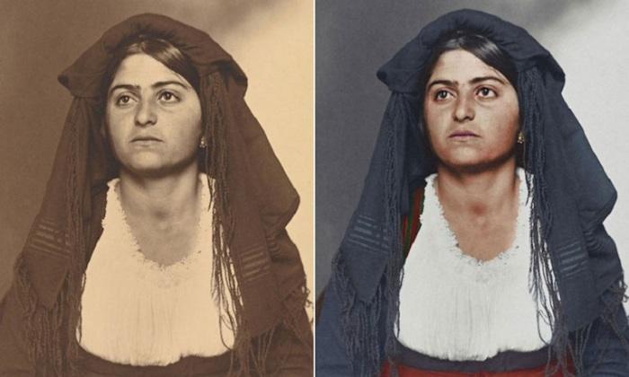 Итальянка одета в домотканое платье с белой блузкой, а на голове прикреплена черная шаль с вуалью.