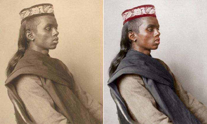 Парень из мусульманской общины с длинными локонами и тюбетейкой на голове.