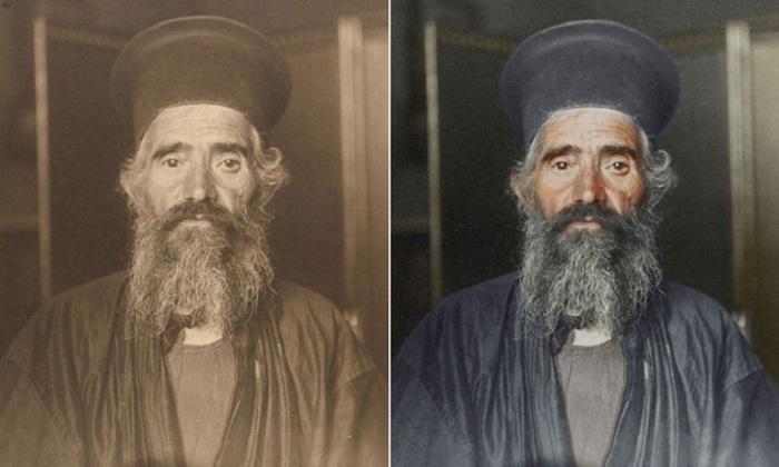 Греко-православный священник в черной рясе с цилиндрической шапкой, которую одевают во время службы.