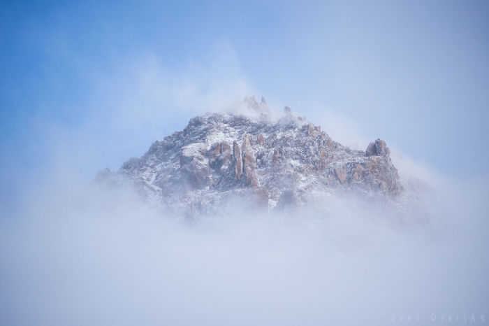 Потрясающий вид на горную вершину.