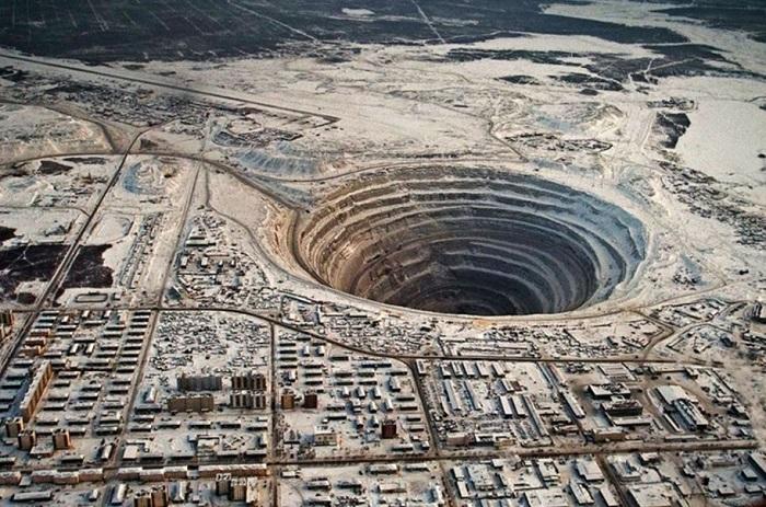Большущая дыра, оставшаяся после карьера по добыче алмазов.