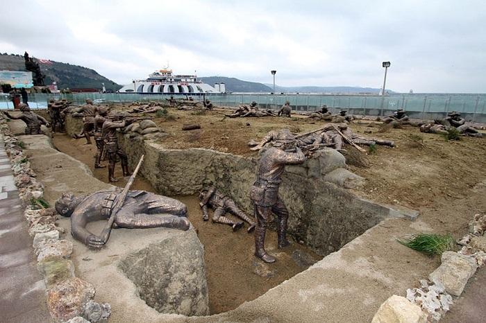 Эпизод из мировой войны  со статуями в реальную величину.