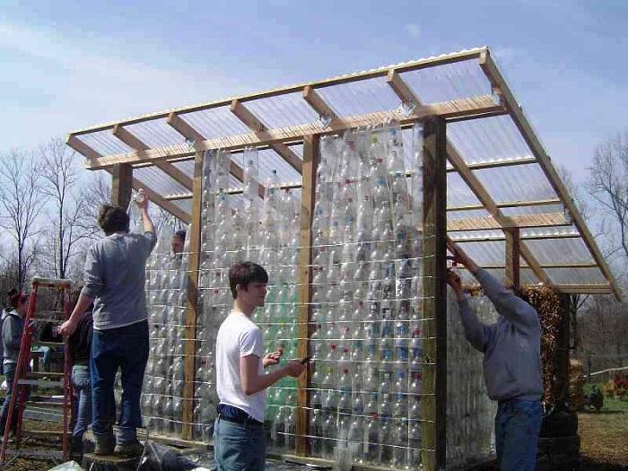 Экономичный вариант обустройства беседки — постройка из пластиковых бутылок.