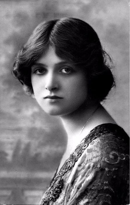 Британская актриса, фотомодель, трижды номинантка на премию «Оскар».