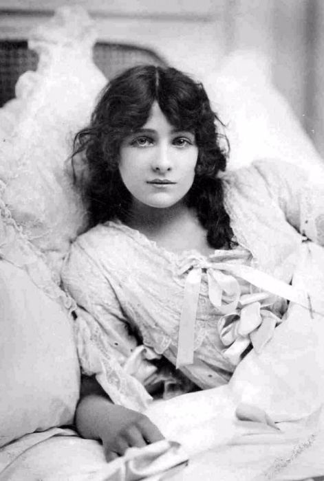 Английская актриса театра и кино первой половины ХХ века.